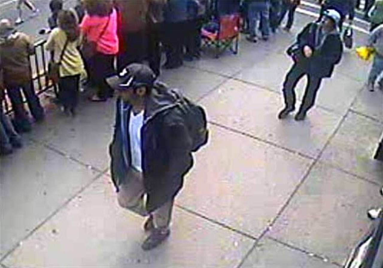 Esta fue parte de las imágenes difundidas por las autoridades, donde fueron captados los dos sospechosos del atentados con bombas en Boston. Foto/ Archivo
