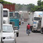 Empresarios afirman que tarifas aumentarán sus costos de exportación. Foto EDH /archivo