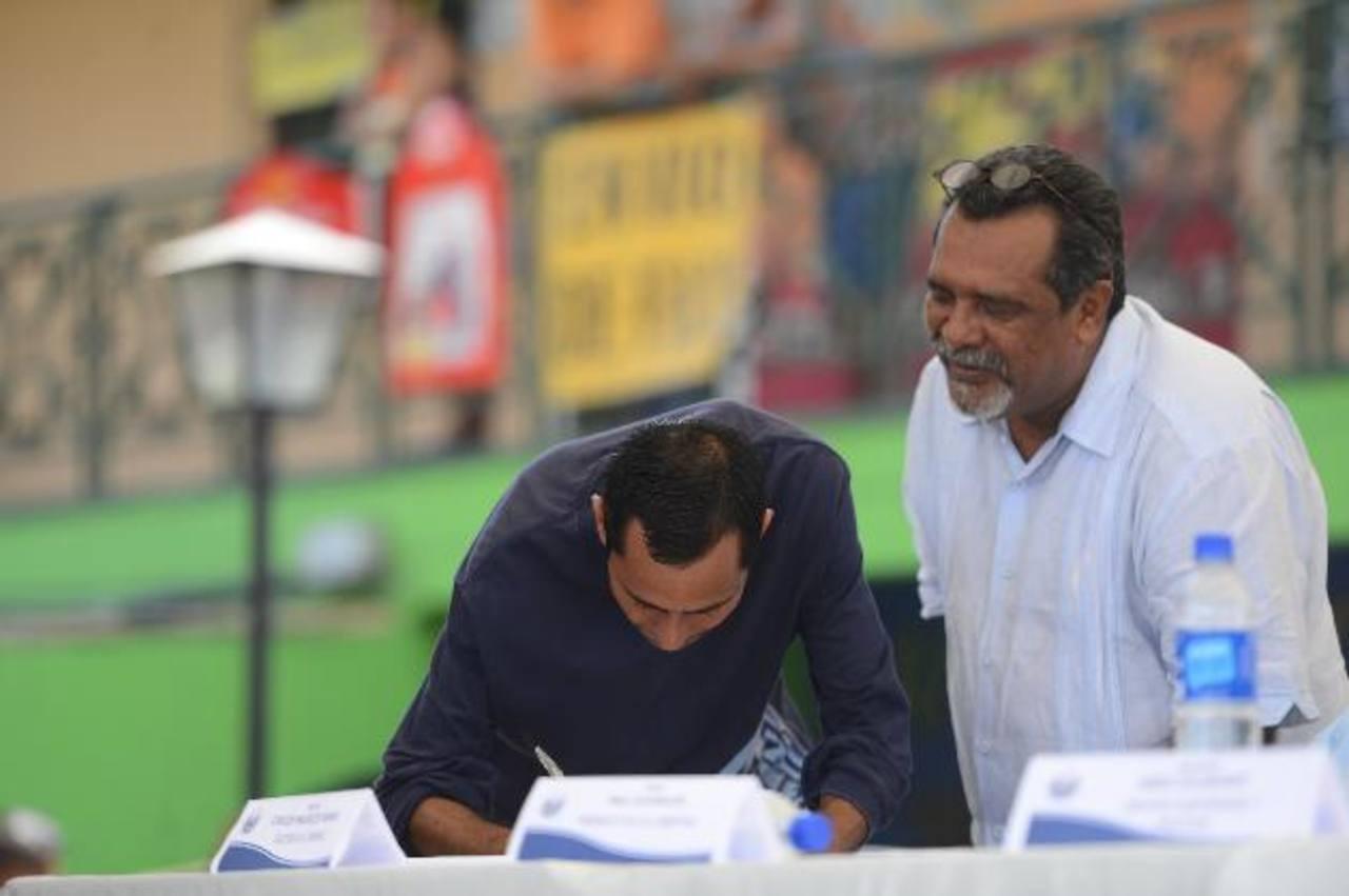 Un pandillero firma el pacto de no agresión entre ellos. El fiscal Martínez arremetió contra la tregua porque según él, la gente trabajadora sigue siendo asesinada. Foto EDH / Archivo.