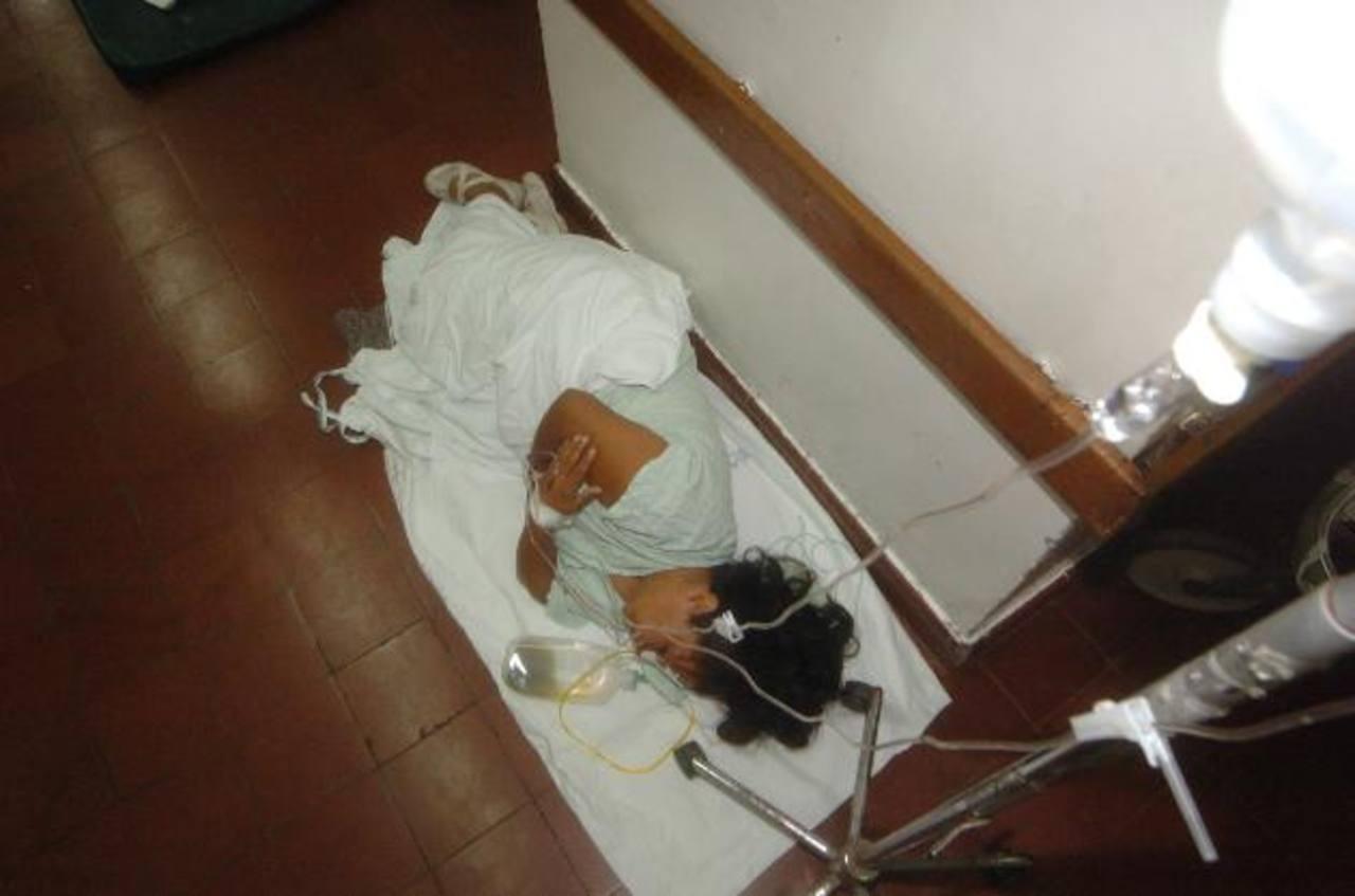 Ana H. permanece en el suelo de la sala de Emergencias del hospital Zacamil.