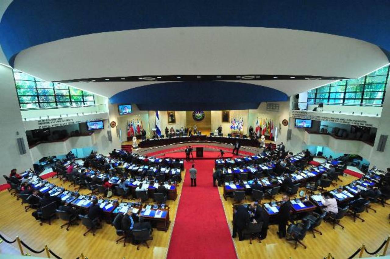 El diputado rojo, Santiago Flores, presentó la propuesta ayer. foto edh / ARCHIVO