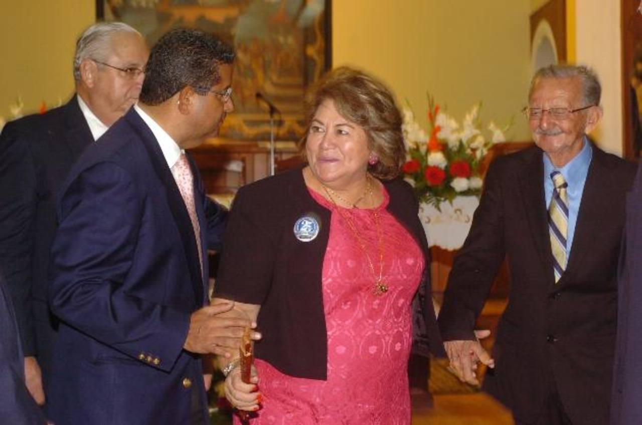 Armando Calderón Sol y Francisco Flores acompañaron a Milagro Navas junto a su padre Héctor Navas en la celebración de sus 25 años al mando de la comuna. Foto EDH / Jorge reyes