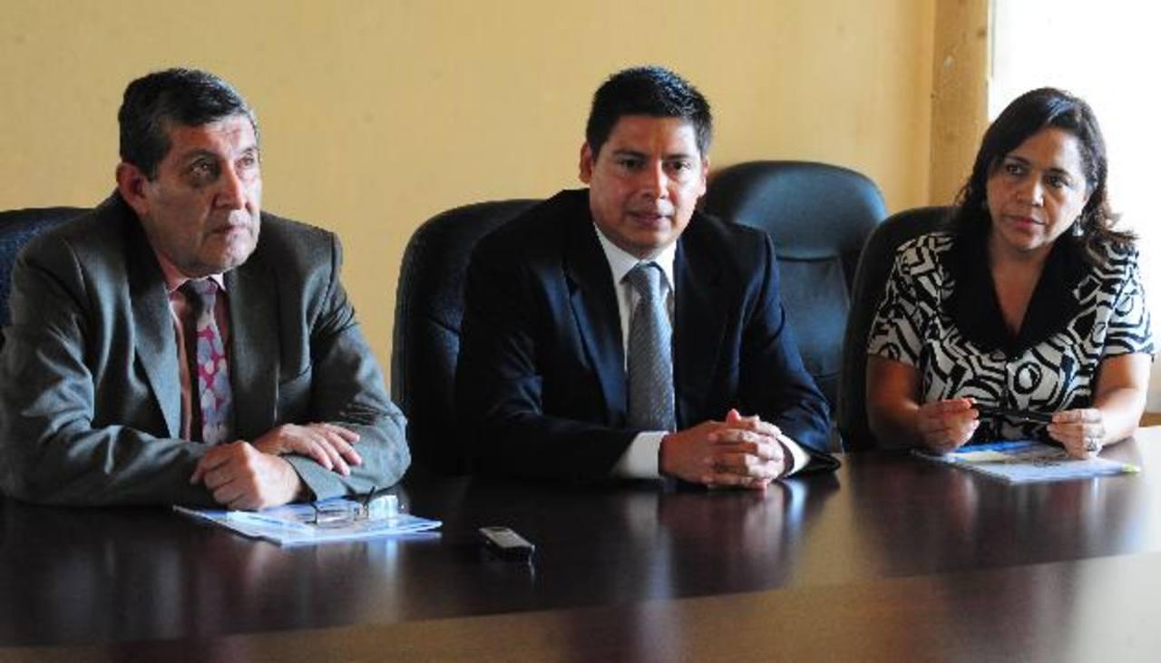 El presidente Carlos Ortega y los comisionados Jaime Campos Pérez y Herminia Funes instaron a la población a hacer uso de su derecho a la información. Foto EDH / Lissette Lemus