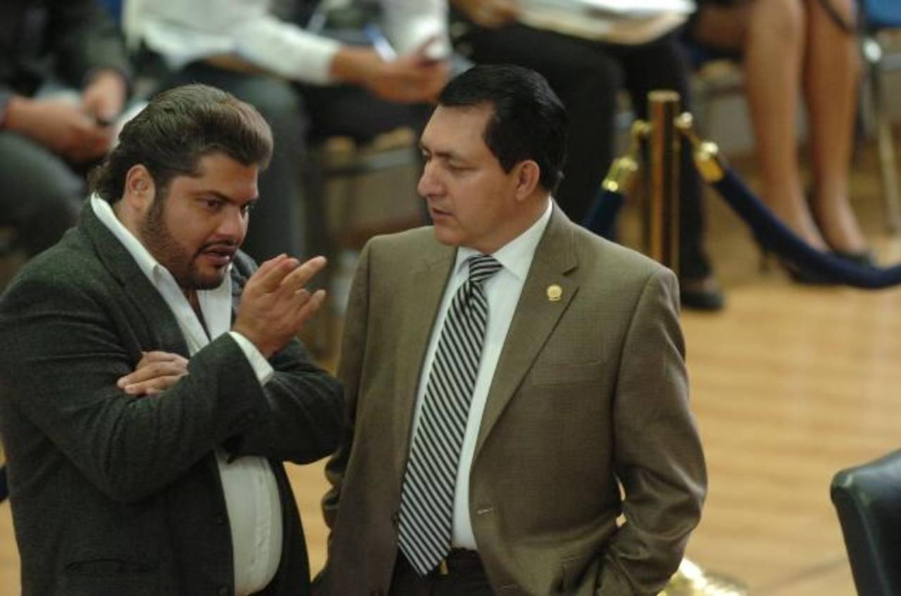 El diputado Ciro Alexis Zepeda del PCN, (izquierda) platica con su colega, Mario Ponce, en la plenaria. foto edh / jorge reyes