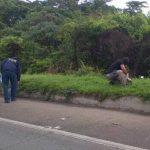 Autoridades verifican la zona donde fue cometido un doble homicidio en Apopa. Foto vía Twitter Ángela Castro