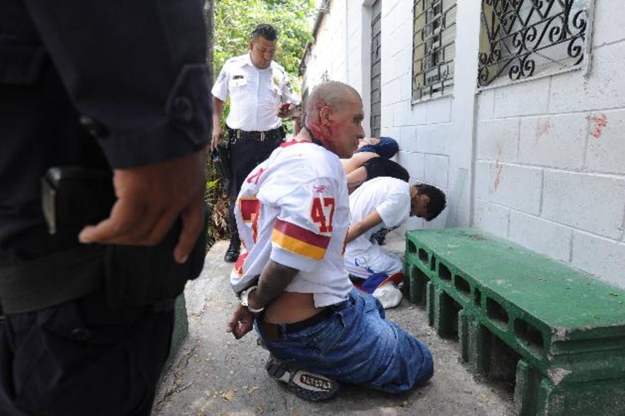 Los sujetos tienen tatuajes alusivos a la Mara Salvatrucha, y fueron detenidos el viernes anterior. Foto EDH / Archivo