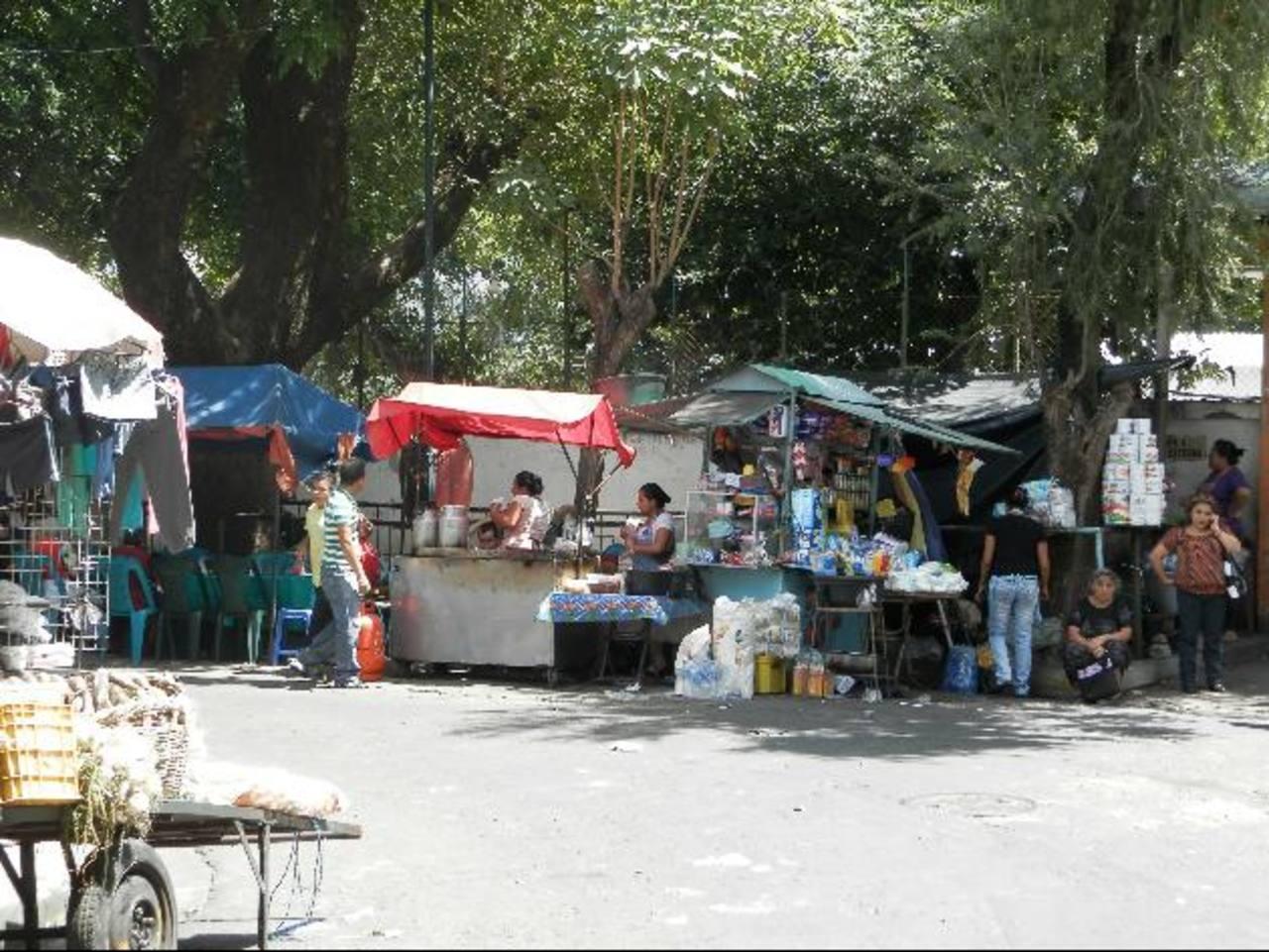 Los vendedores permanecen en los alrededores de las entradas principales del hospital. El traslado de los puestos generaría una mejor circulación vehicular y peatonal por la zona.