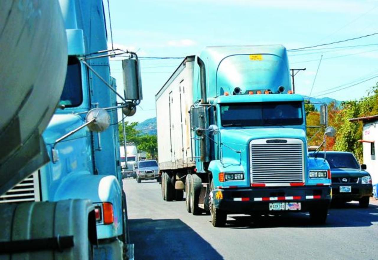 La actividad en las fronteras ha experimentado lento tránsito de mercancías. Se espera que para el 31 de mayo el gobierno revoque el Fonat para los transportistas. FOTO EDH / ARCHIVO