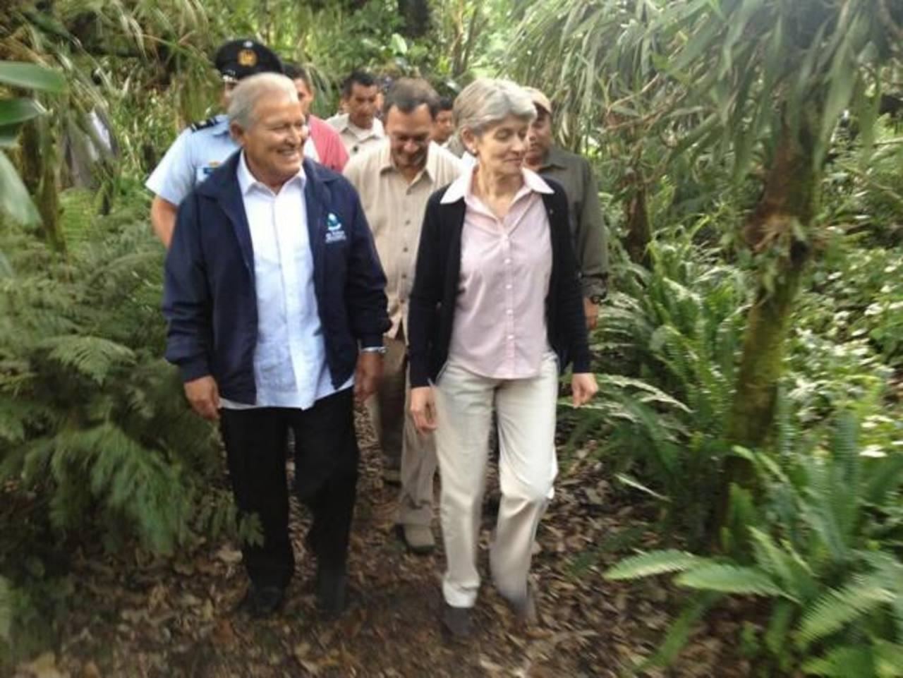 El vicepresidente y la directora de Unesco recorren el jardín.