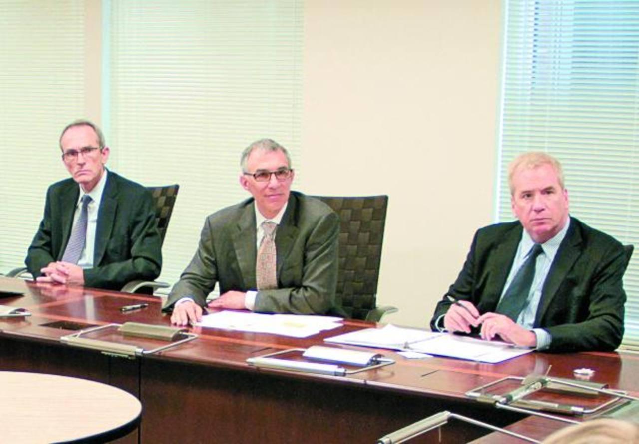 Vicepresidente de la MCC, Thomas Hurley (derecha), junto a otros miembros de la corporación que estudia la solicitud de El Salvador para un segundo desembolso. Foto EDH