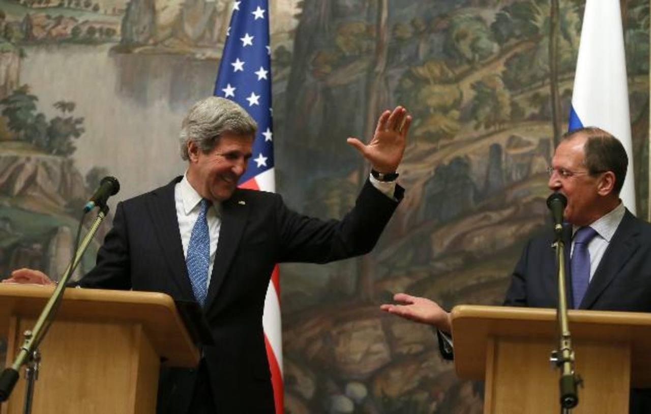 El secretario de Estado de EE. UU., John Kerry (i), saluda junto al ministro ruso de Relaciones Exteriores, Sergei Lavrov (d), durante una rueda de prensa en Moscú. Foto edh / EFE