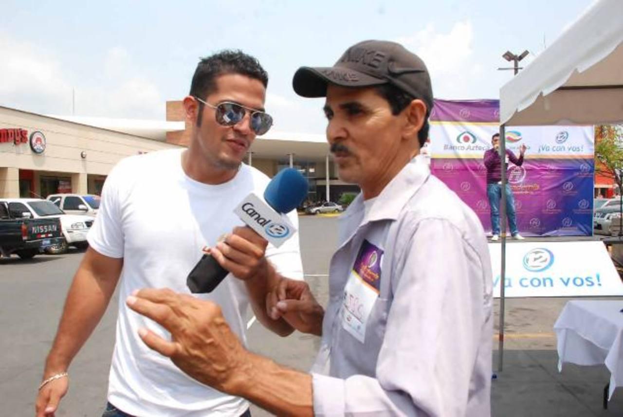 Don Roberto Durán, de 55 años, de Jiquilisco, Usulután participó con su hija en el cálido San Miguel. FOTO EDH / insy mendoza