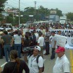 La marcha de pobladores y empleados municipales complicó el tráfico vial hacia el aeropuerto. Foto vía Twitter Marlon Hernández
