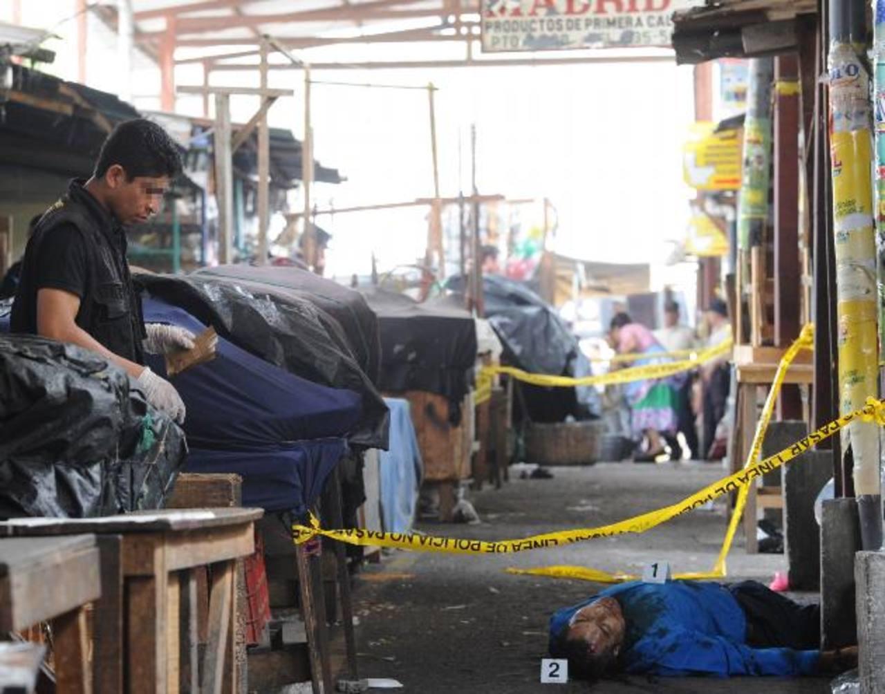 Un persona asesinada y dos heridos se registraron ayer en el mercado de Soyapango. Foto EDH / Claudia Castillo.