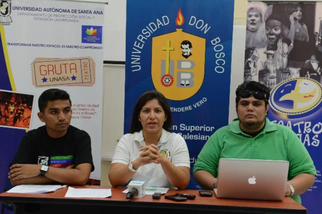 Gustavo Solís (de izq. a der.), Norma Cortez y Demetrio Aguilar explicando la edición 13 del ENTU. foto edh / miguel villalta