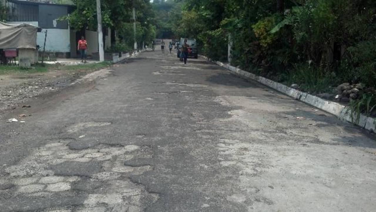 La calle no ha sido recarpeteada desde hace dos décadas, y con el invierno el tránsito es difícil. Foto edh / Nidia Hernández