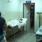 Dos señoras permanecen acostadas en camillas ubicadas cerca de la bodega de la Emergencia, otra joven está en una silla. Foto EDH