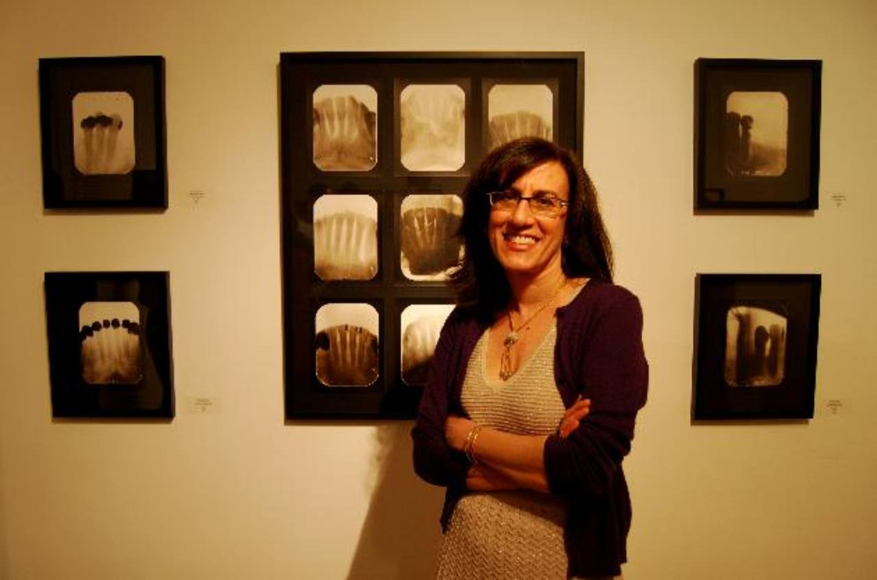 La artista residente en EE. UU. junto a una de las obras de su propuesta X Post Facto. foto edh / Cortesía