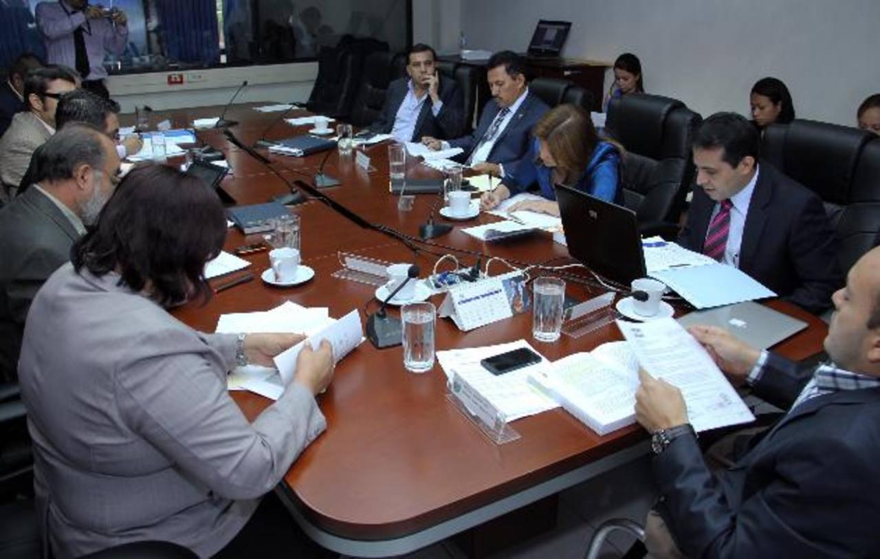 La comisión de Trabajo y Previsión Social de la Asamblea discutirá dentro de 15 días la mejor opción para incrementar el aguinaldo, que por el momento se calcula con base en una tabla incluida en el Código de Trabajo. foto edh / archivo