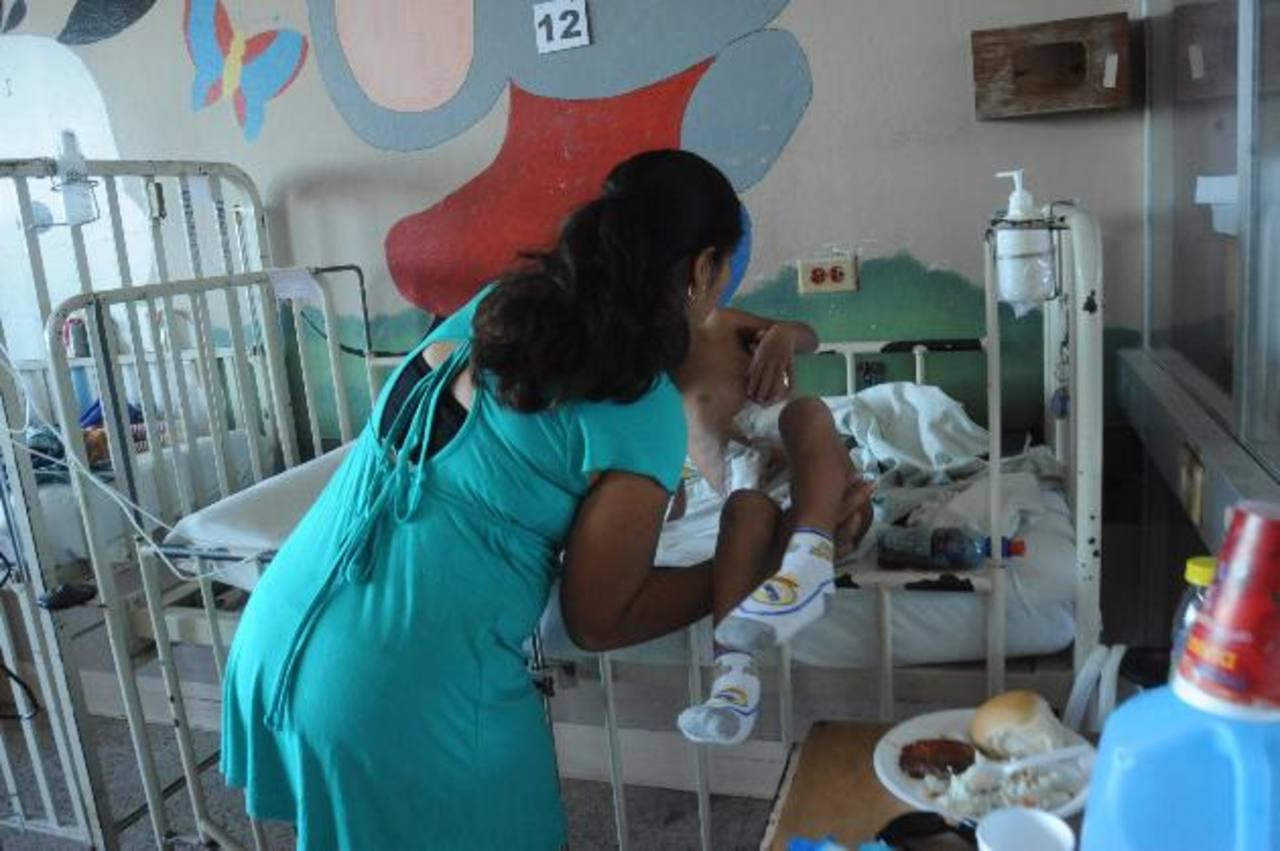 Dinora Sostiene a su hijo Waldemar en sus brazos, el infante permanece ingresado en el Servicio de Cirugía del hospital Bloom. Foto EDH / archivo