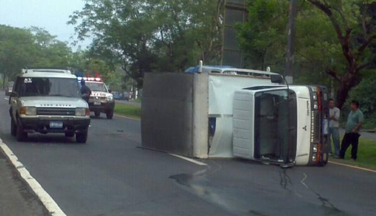 un camión volcó en las cercanías del desvío a San Rafael Cedros, Cuscatlán. Foto vía Twitter Jorge Beltrán
