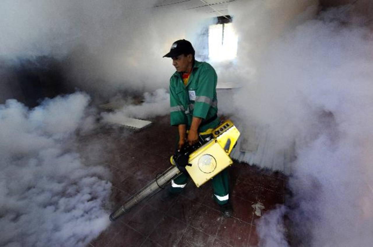 La fumigación, así como la destrucción de criaderos de zancudos y la colocación de abate en los recipientes con agua, son las principales medidas para evitar que los casos de dengue sigan en aumento. Foto EDH / archivo