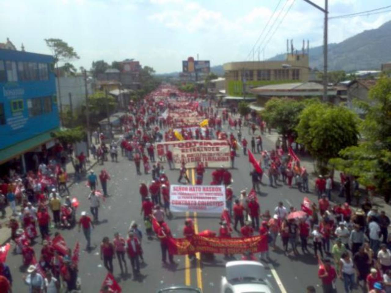 La marcha que salió desde la alameda Juan Pablo II con dirección a la plaza Salvador del Mundo