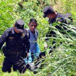 Agentes retiran uno de los dos cadáveres de los guardias de seguridad asesinados en la colonia Escalón. Foto EDH / Éricka Chávez