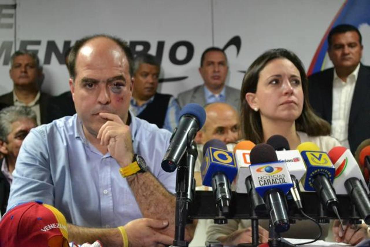 El diputado Julio Borges fue golpeado durante la sesión de la Asamblea Nacional del martes. A la derecha, la diputada Corina Machado, quien dijo que tenía fracturas en el tabique. foto edh