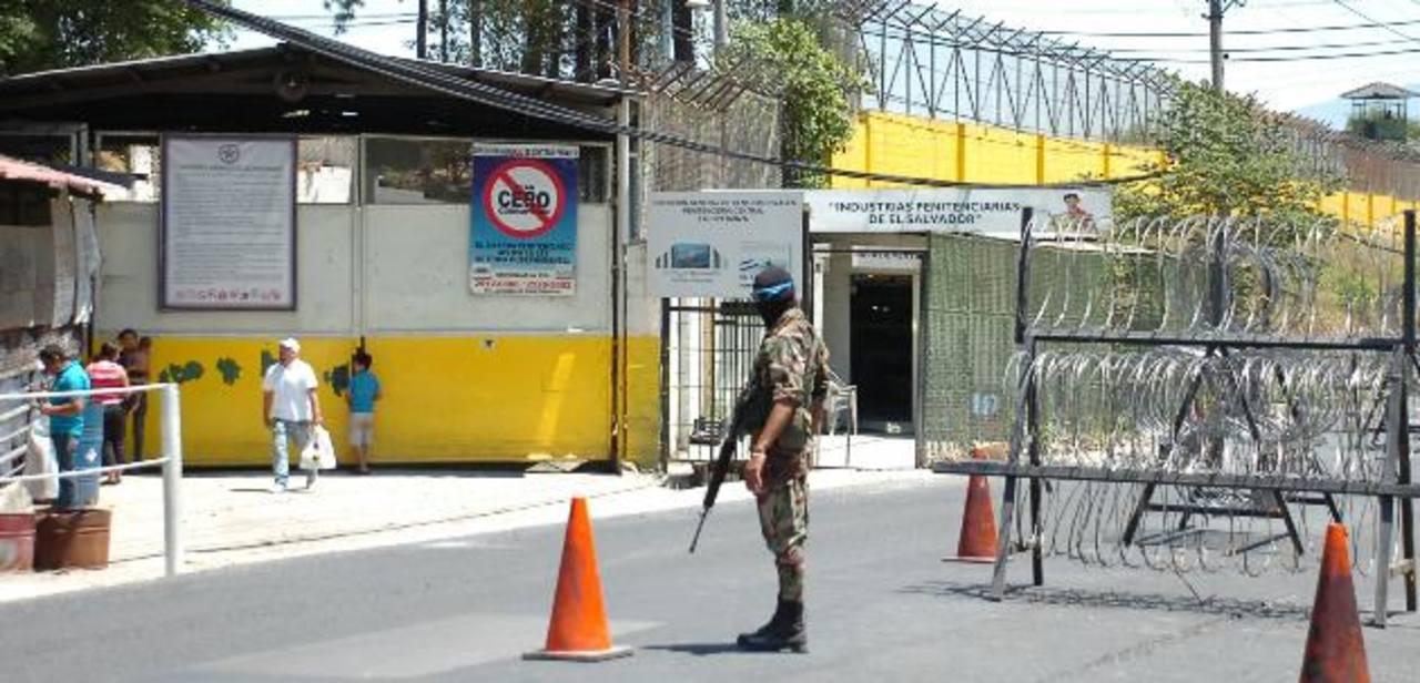 Hallan 4 celulares con acceso a Internet en penal de Mariona