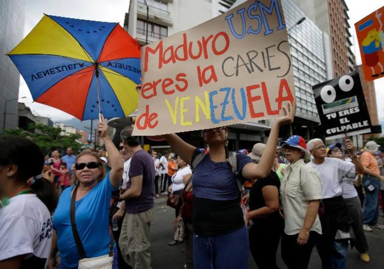 Cientos de opositores protestaron ayer contra el gobierno de Nicolás Maduro. foto edh / AP