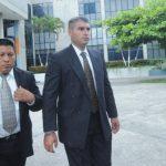 El escolta presidencial Antonio Durán Monge (al centro), compareció durante todo el proceso en el Centro Judicial Isidro Menéndez en San Salvador. Foto EDH / Archivo
