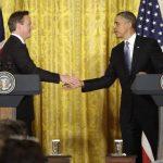 El presidente de EE.UU. Barack Obama (d) estrecha la mano del primer ministro británico David Cameron. foto edh / reuters