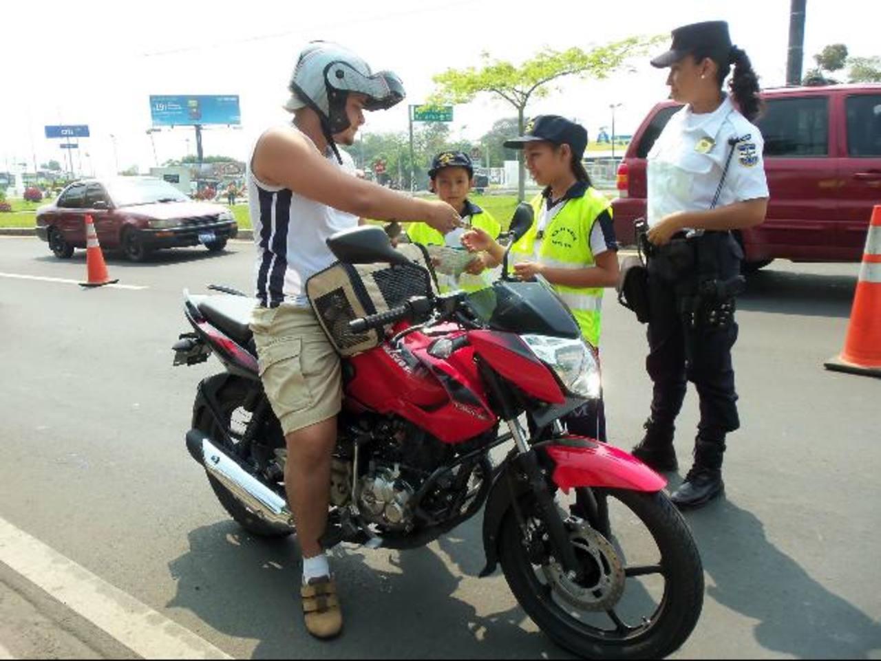 El retén policial fue ubicado en la salida hacia San Salvador, frente a un centro comercial. Foto EDH / Mauricio Guevara