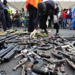 Mareros entregan 144 armas frente a Catedral Metropolitana ante las autoridades de seguridad y el representante de la OEA, Adam Blackwell. Foto EDH / Lissette Lemus