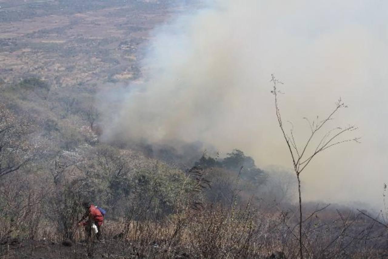 La imagen corresponde a febrero pasado, luego del incendio que consumió 500 hectáreas en el volcán Chaparrastique y que dejó la zona vulnerable a deslizamientos. foto edh / archivo