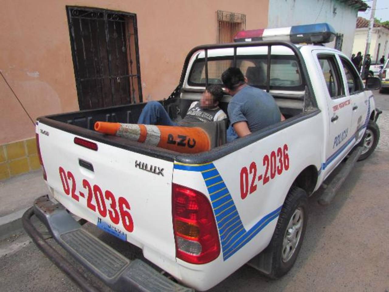 Los dos capturados serán acusados de homicidio y robo tentado. Otros dos hombres huyeron. Foto EDH / Mauricio Guevara.