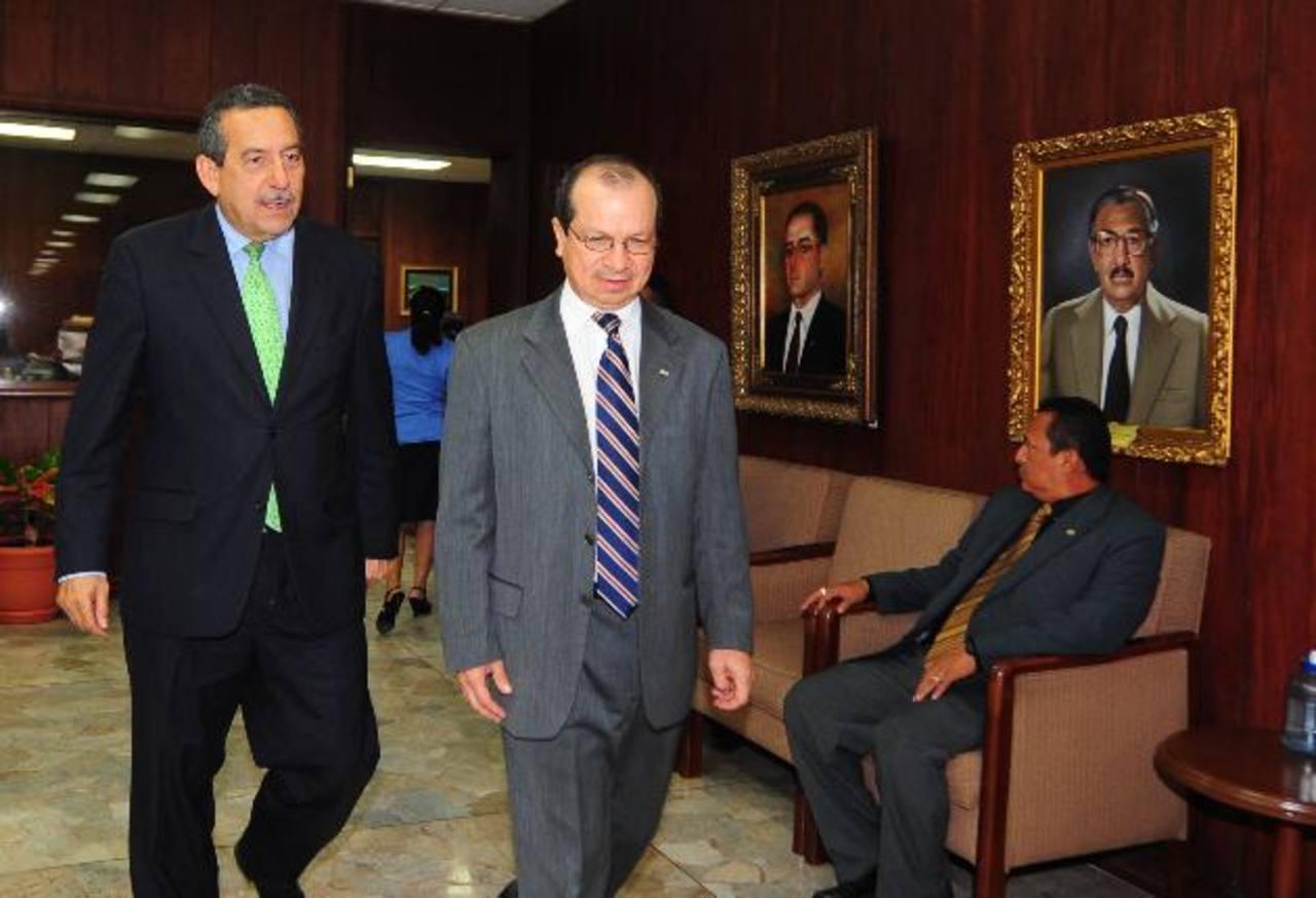 En la reunión estuvieron los cinco magistrados de la Sala de lo Constitucional de la Corte Suprema. Foto EDH / Archivo.
