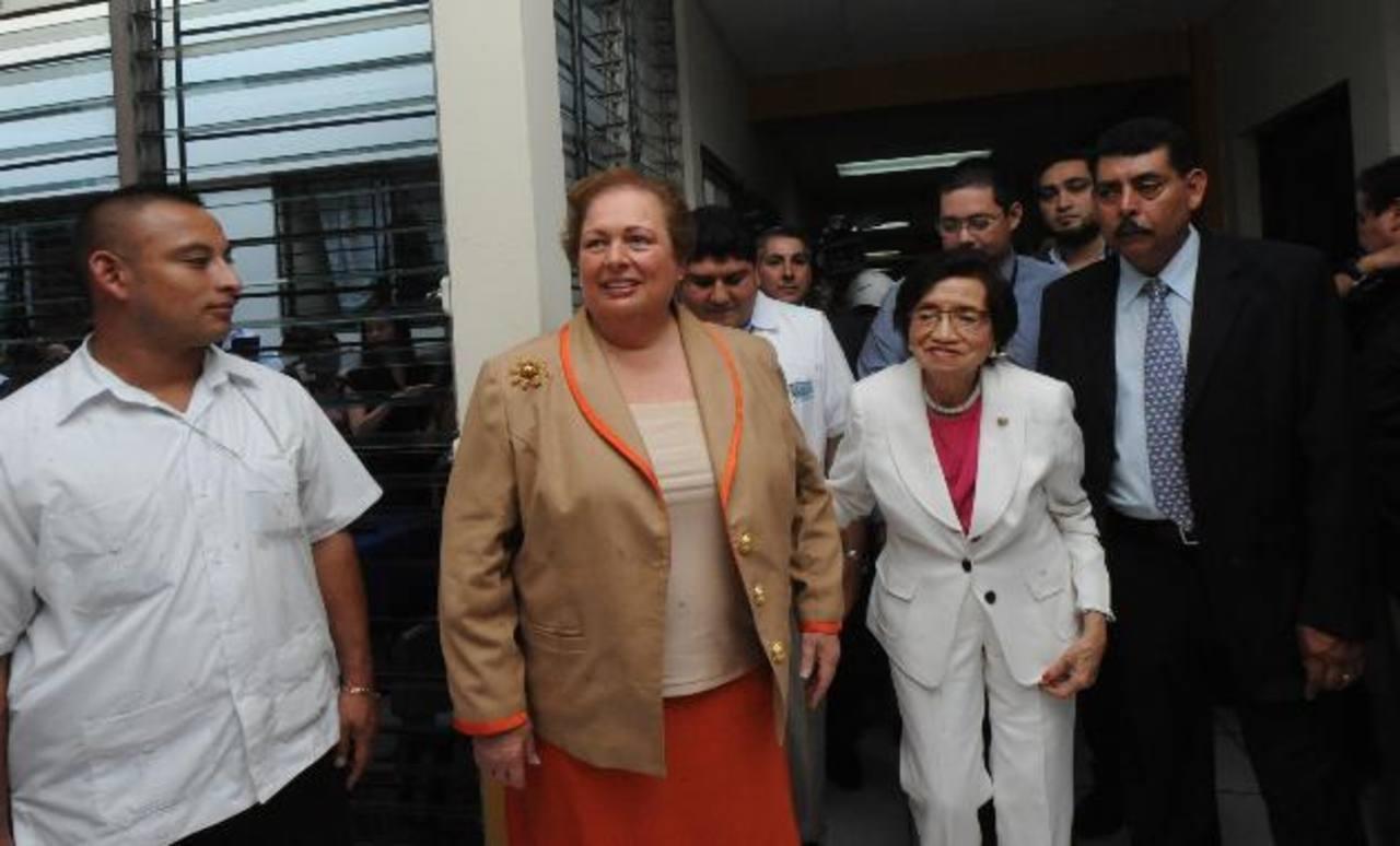 La embajadora de EE. UU., Mari Carmen Aponte , y la ministra Isabel Rodríguez en su recorrido en la Unidad de Salud Concepción. Foto EDH / Lissette Monterrosa