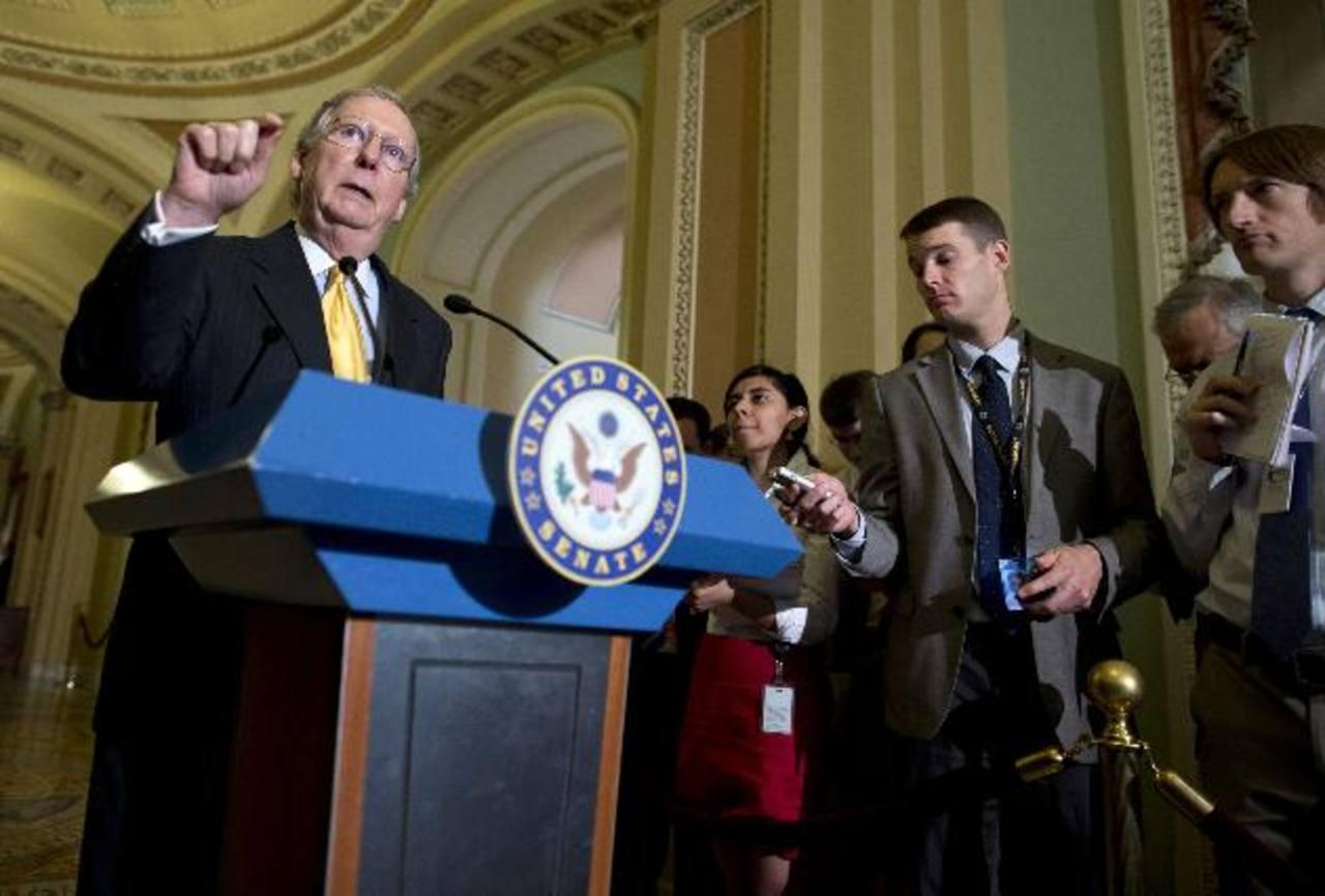 El líder republicano del senado Mitch McConnell (izq.) aseguró que no intentará bloquear la reforma migratoria.