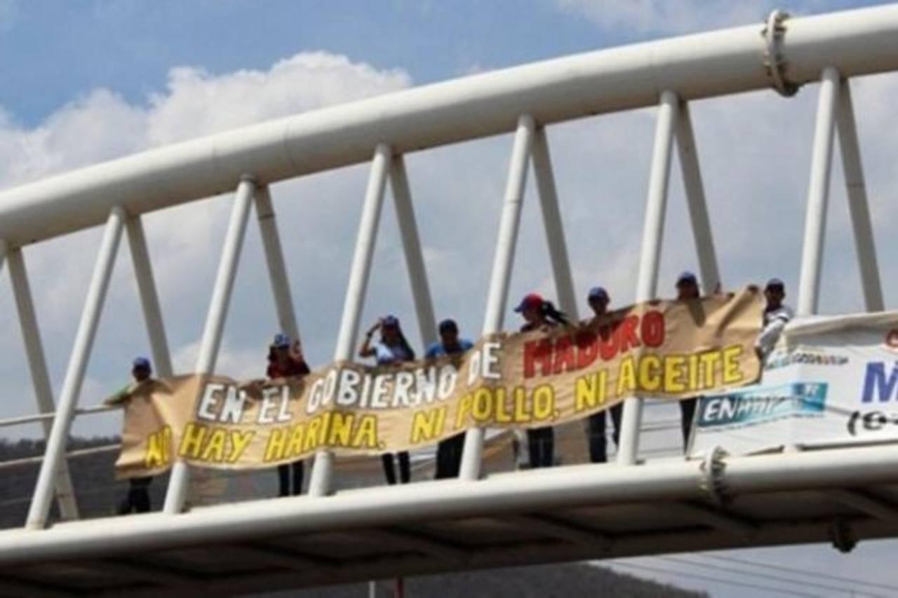 Un grupo de jóvenes universitarios se apostó frente a las instalaciones de un hipermercado chavista como medida de protesta por la recurrente escasez de productos alimenticios. foto edh / internet