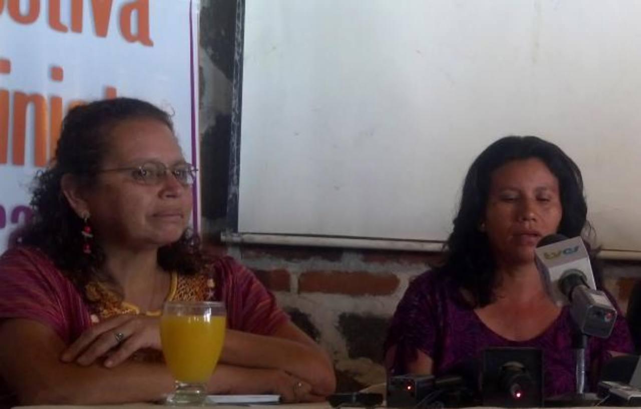 Morena Herrera, de la Acdat, acompañó a la madre de Beatriz en la conferencia del martes. Foto EDH /