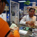 Según empresas que hacen remesas, los guatemaltecos son quienes envían más dinero a sus familias, en tanto muchos salvadoreños procuran ahorrar una parte. foto edh / Tomas Guevara