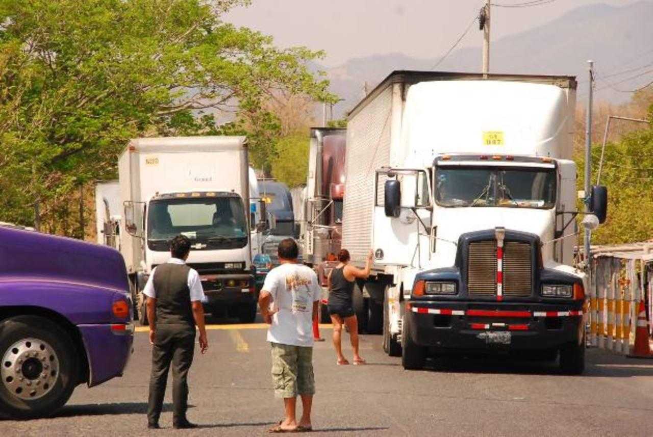 Los cierres en las cuatro principales fronteras comerciales del país a raíz del cobro del Fonat impactarán de inmediato en los flujos comerciales y las exportaciones. Foto EDH / archivo