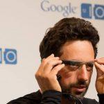 Sergey Brin, fundador de Google, durante una conferencia en la que muestra Google Glass.