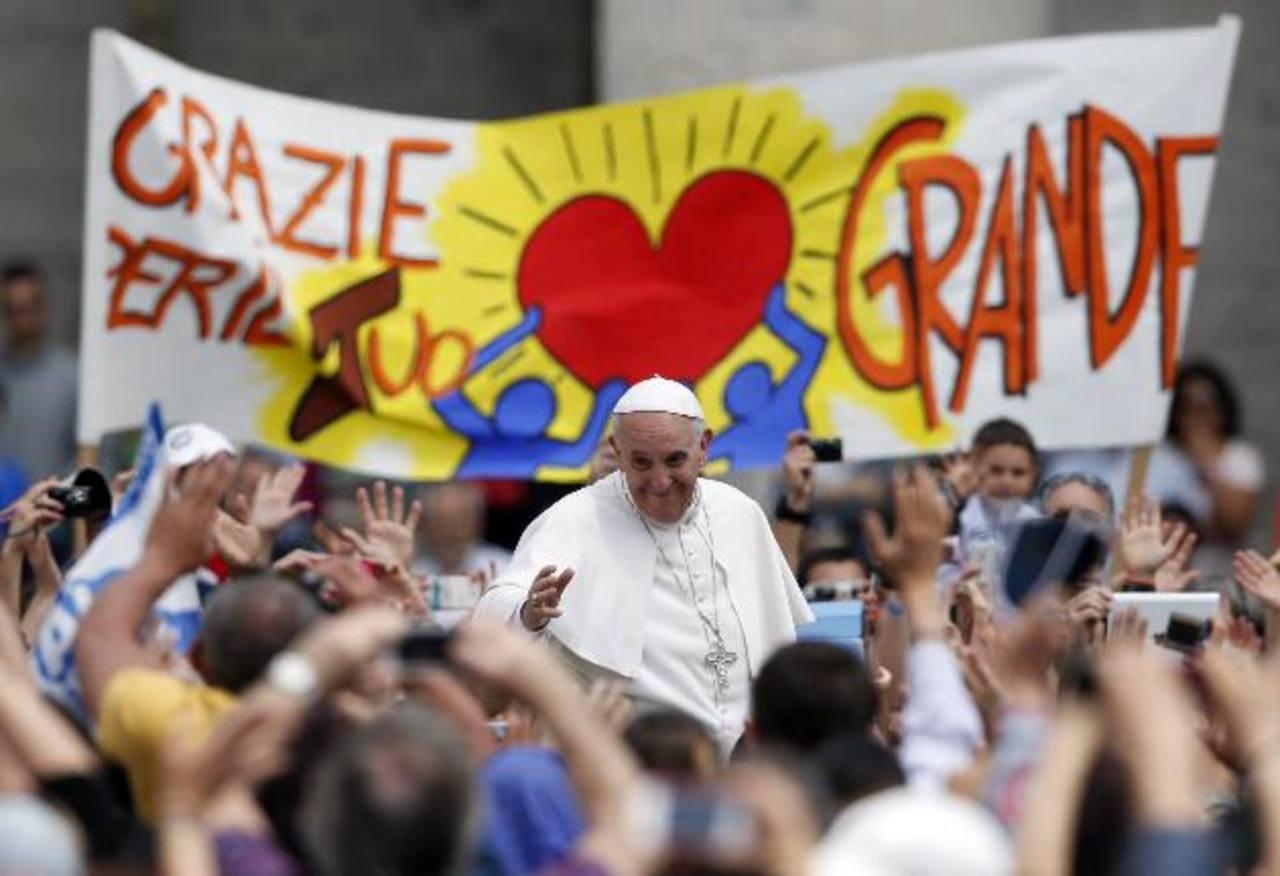 Después de la misa de Pentecostés, el Papa recorrió por la Plaza de San Pedro saludando a la multitud. Foto/ Reuters
