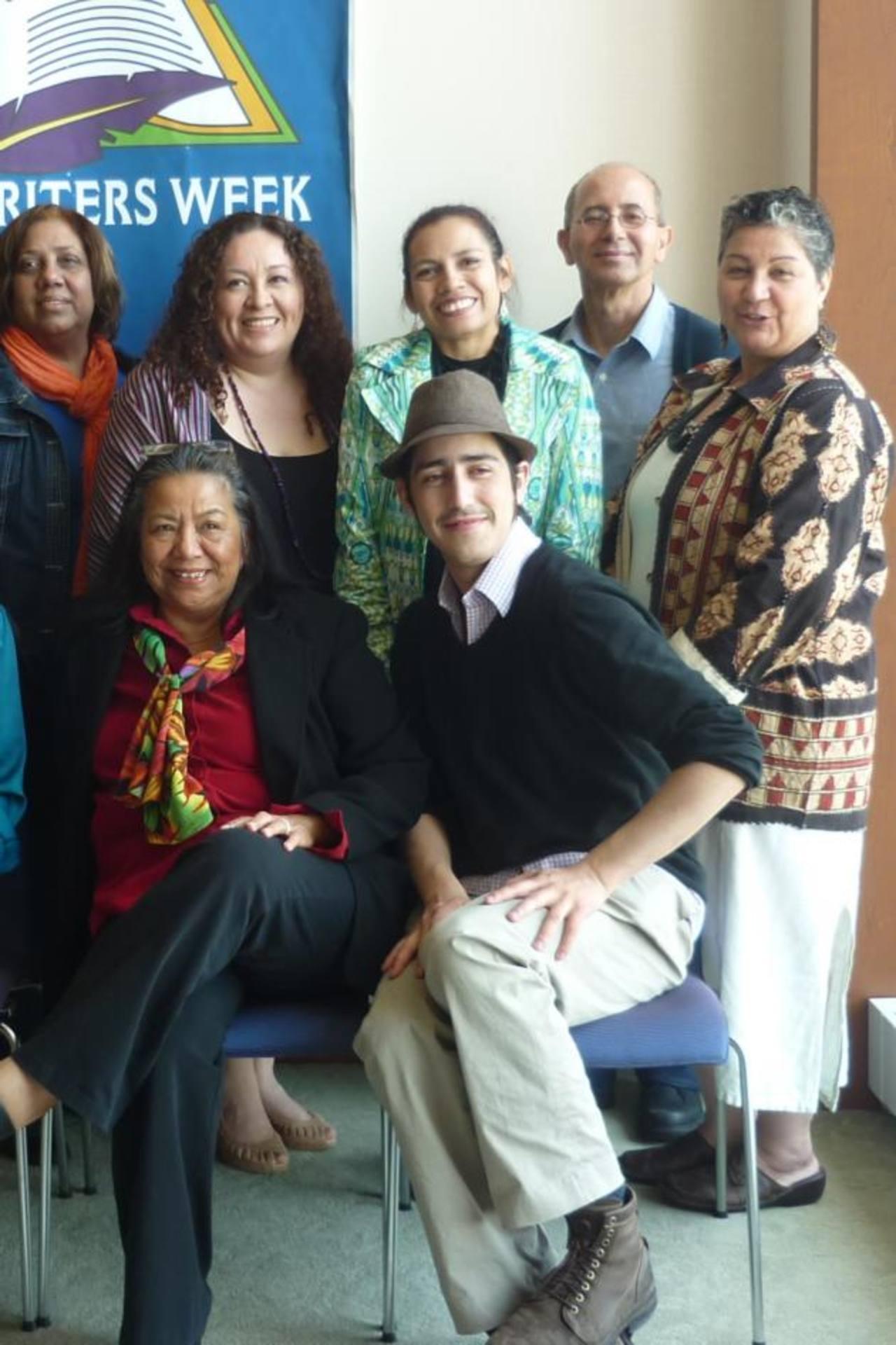 Susana Reyes junto a otros escritores hispanos en Boston.