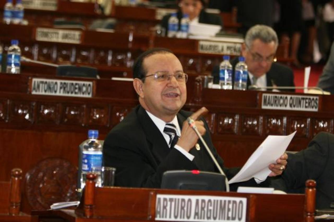 El exdiputado del PDC Arturo Argumedo, en una de sus intervenciones durante el periodo legislativo 2006 - 2009. Foto/ Archivo