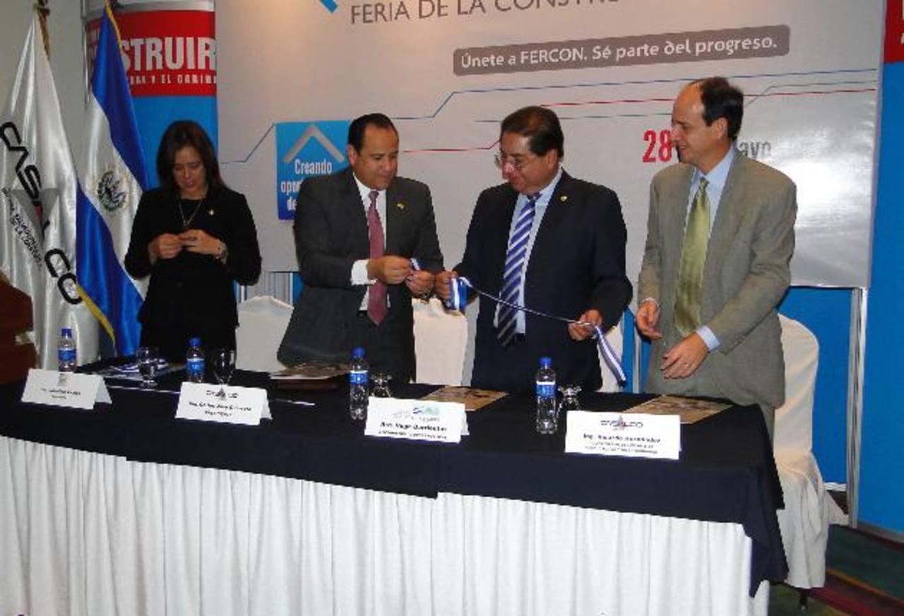 Carlos José Guerrero, presidente de Casalco; Hugo Barrientos, viceministro de Obras Públicas, y Ricardo Hernández, coordinador de Comité de Productos y distribuidor de la gremial.