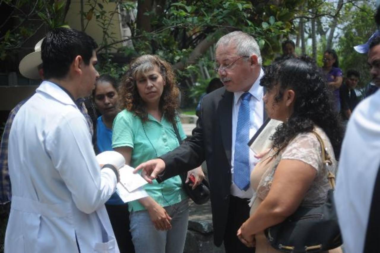 El director del hospital Psiquiátrico, Arturo Carranza, da explicaciones a un médico frente a varias pacientes. FOTO EDH / LISSETTE MONTERROSA
